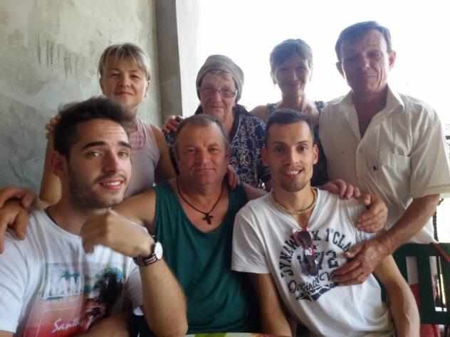 @adrian 1ere Retrouvaille à Stanilesti, mon père se situe entre Marian et moi.